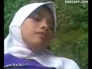 Ngentot cewek jilbab di atas motor