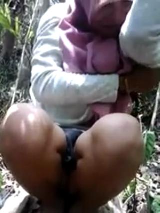 Cewek berkerudung ML mesum di hutan