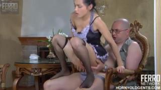 Ngentot pembantu imut saat istri kerja