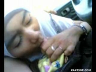 Gadis pesantren berkerudung isep konti dalam mobil