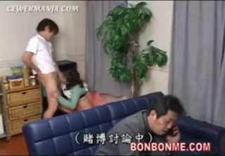 Download vidio bokep Ngentot sama ibu tiri di belakang papa mp4 3gp gratis gak ribet