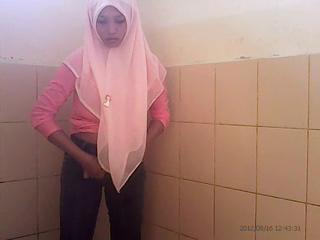 Ngintip cewek jilbab di wc umum