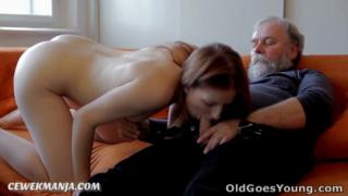 Download vidio bf Kakek tua mesum ngentot gadis abg cantik di sofa